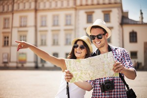 tourism - couple with map sightseeing-sm